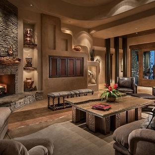 Immagine di un grande soggiorno american style aperto con camino ad angolo, pareti beige, pavimento in cemento, cornice del camino in pietra e TV nascosta