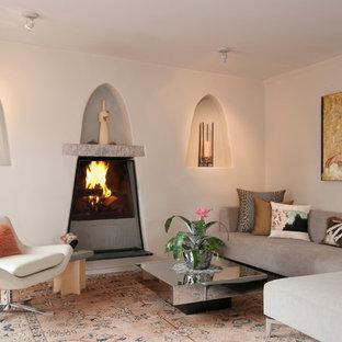 Idee per un grande soggiorno stile americano aperto con sala formale, parquet chiaro, camino classico, pareti bianche, cornice del camino in intonaco e TV autoportante