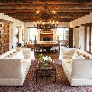 Aménagement d'un grand salon sud-ouest américain ouvert avec une salle de réception, un mur blanc, un sol en carreau de terre cuite et une cheminée standard.
