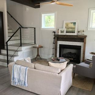ローリーの小さいカントリー風おしゃれなリビングロフト (白い壁、無垢フローリング、標準型暖炉、木材の暖炉まわり、テレビなし) の写真