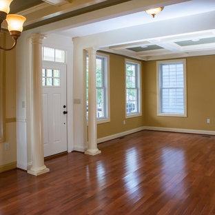 Mittelgroßes, Offenes Stilmix Wohnzimmer ohne Kamin mit gelber Wandfarbe und braunem Holzboden in Baltimore