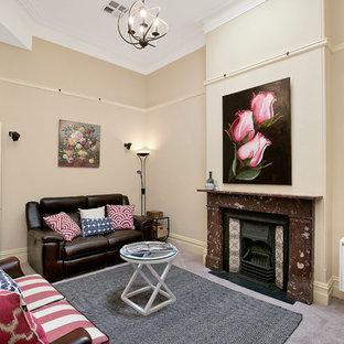 Immagine di un soggiorno minimalista chiuso con sala formale, moquette, camino classico, pareti beige, cornice del camino in pietra, nessuna TV e pavimento viola