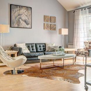 Esempio di un soggiorno nordico di medie dimensioni e aperto con pareti grigie e parquet chiaro