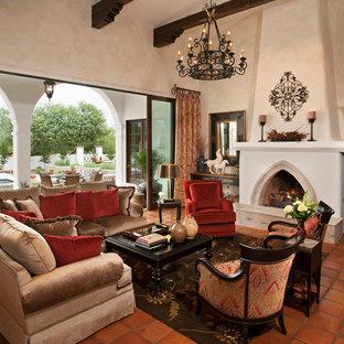 Идея дизайна: гостиная комната в средиземноморском стиле с полом из терракотовой плитки