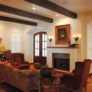 Foto di un grande soggiorno stile americano chiuso con pareti bianche, pavimento in terracotta, camino classico, nessuna TV, sala formale e cornice del camino piastrellata