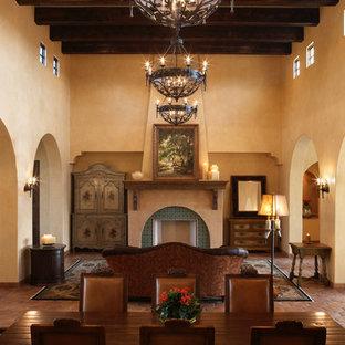Imagen de salón mediterráneo con suelo de baldosas de terracota