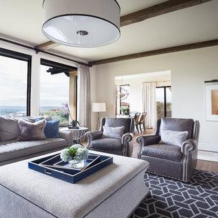 Ispirazione per un soggiorno tradizionale di medie dimensioni e chiuso con pareti beige, moquette, nessun camino, parete attrezzata e pavimento blu