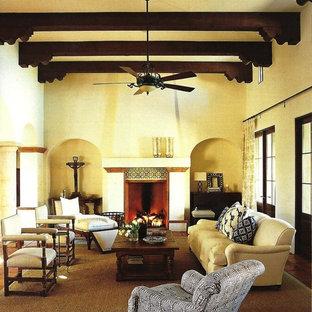 フェニックスの広いラスティックスタイルのおしゃれなLDK (ベージュの壁、カーペット敷き、標準型暖炉、タイルの暖炉まわり、テレビなし) の写真