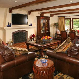 ロサンゼルスの大きい地中海スタイルのおしゃれなLDK (テラコッタタイルの床、標準型暖炉、壁掛け型テレビ、白い壁、タイルの暖炉まわり) の写真