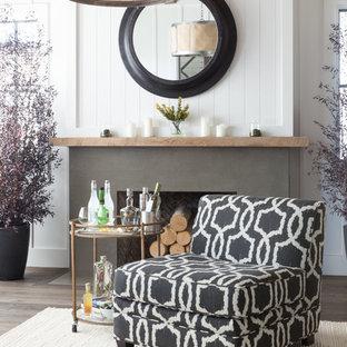 Idee per un soggiorno bohémian di medie dimensioni e chiuso con pareti bianche, parquet scuro, nessuna TV, camino classico e cornice del camino in cemento