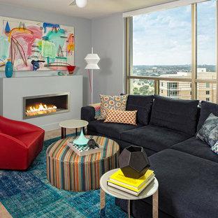 Пример оригинального дизайна: маленькая открытая гостиная комната в современном стиле с серыми стенами, горизонтальным камином, полом из линолеума и фасадом камина из металла без ТВ