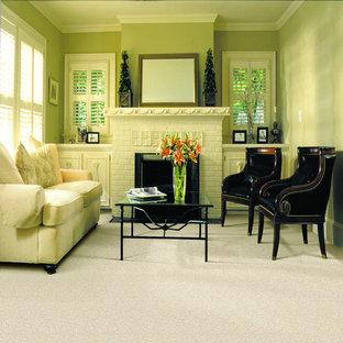 トロントの中くらいのトランジショナルスタイルのおしゃれなLDK (フォーマル、黄色い壁、カーペット敷き、暖炉なし、テレビなし) の写真