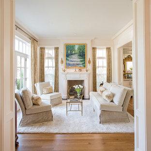 Exempel på ett mellanstort klassiskt allrum med öppen planlösning, med ett finrum, beige väggar, mellanmörkt trägolv, en standard öppen spis, en spiselkrans i trä och brunt golv