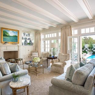 Mittelgroßes, Repräsentatives, Fernseherloses, Offenes Klassisches Wohnzimmer mit beiger Wandfarbe, braunem Holzboden, Kamin, Kaminumrandung aus Holz und blauem Boden in Dallas