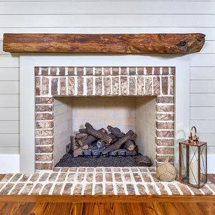 Idee per un soggiorno classico di medie dimensioni e chiuso con sala formale, pareti grigie, pavimento in legno massello medio, camino classico e cornice del camino in mattoni