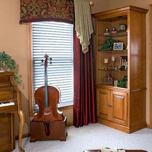 Foto de salón con rincón musical abierto, clásico, de tamaño medio, sin chimenea y televisor, con paredes marrones y moqueta