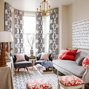 Cette photo montre un petit salon chic ouvert avec une salle de réception, un mur gris, un sol en bois brun et aucune cheminée.
