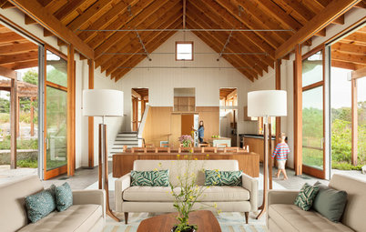 Houzz Tour: A Modern Farmhouse Opens to the Coast