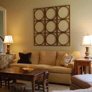 Diseño de salón tradicional con paredes beige