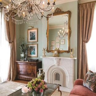 ニューオリンズの大きいトラディショナルスタイルのおしゃれなリビング (フォーマル、無垢フローリング、標準型暖炉、石材の暖炉まわり、テレビなし、茶色い床、緑の壁) の写真