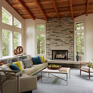 Foto di un piccolo soggiorno contemporaneo chiuso con pareti bianche, pavimento in ardesia, camino classico, cornice del camino in pietra e nessuna TV