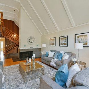 Immagine di un soggiorno classico di medie dimensioni e stile loft con sala formale, pareti beige, pavimento in bambù e camino ad angolo