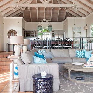 Ispirazione per un grande soggiorno tropicale aperto con sala formale, pareti bianche, pavimento in terracotta, nessun camino, nessuna TV e pavimento marrone