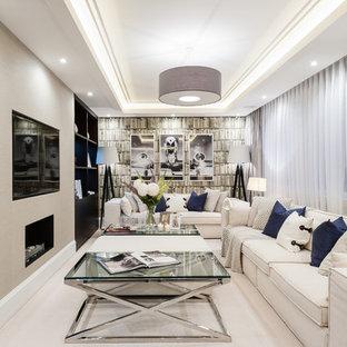 Ispirazione per un soggiorno tradizionale di medie dimensioni con parquet chiaro, camino lineare Ribbon, libreria, pareti beige e TV a parete