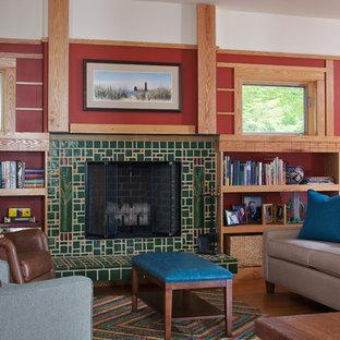 Foto di un soggiorno american style con libreria, pareti rosse, pavimento in legno massello medio e camino classico