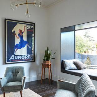 メルボルンの中サイズのコンテンポラリースタイルのおしゃれな独立型リビング (ライブラリー、白い壁、濃色無垢フローリング、標準型暖炉、レンガの暖炉まわり) の写真