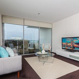 Cette image montre un petit salon design fermé avec une salle de réception, un mur blanc, moquette, un téléviseur indépendant, aucune cheminée et un sol violet.
