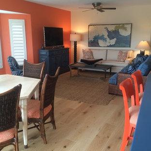 タンパのビーチスタイルのおしゃれなLDK (オレンジの壁、据え置き型テレビ) の写真
