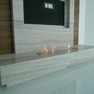 Idee per un grande soggiorno minimalista aperto con camino lineare Ribbon, cornice del camino in pietra, pavimento in gres porcellanato e parete attrezzata