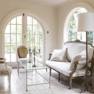 Foto di un soggiorno mediterraneo di medie dimensioni e chiuso con sala formale, pareti bianche, pavimento in pietra calcarea, nessun camino e pavimento beige