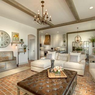 Esempio di un soggiorno country aperto con pareti bianche, pavimento in mattoni e pavimento rosso