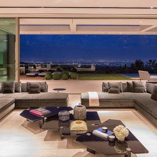 ロサンゼルスの巨大なコンテンポラリースタイルのおしゃれなLDK (フォーマル、茶色い壁、トラバーチンの床、横長型暖炉、金属の暖炉まわり、白い床) の写真