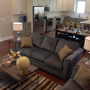 Foto de salón para visitas abierto, de estilo de casa de campo, pequeño, sin chimenea y televisor, con paredes beige, suelo de madera en tonos medios y suelo rojo