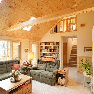 Cette photo montre un salon chic avec un mur beige et moquette.