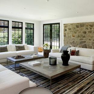 Удачное сочетание для дизайна помещения: парадная гостиная комната среднего размера в стиле кантри с белыми стенами, светлым паркетным полом, бежевым полом, камином и фасадом камина из камня - самое интересное для вас