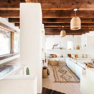 フェニックスの広いサンタフェスタイルのおしゃれなLDK (フォーマル、ベージュの壁、セラミックタイルの床、標準型暖炉、テレビなし、ベージュの床) の写真