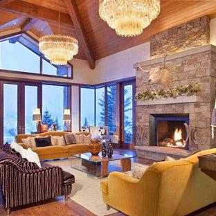 Immagine di un soggiorno minimal con camino classico, cornice del camino in pietra e nessuna TV