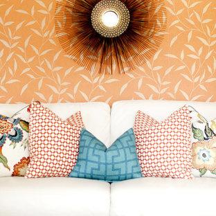 Inspiration för mellanstora eklektiska vardagsrum, med orange väggar