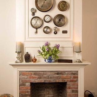 Cette photo montre un salon victorien de taille moyenne et fermé avec un mur blanc, un sol en bois clair, une cheminée standard, un manteau de cheminée en brique et aucun téléviseur.