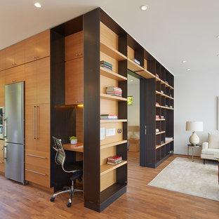 Неиссякаемый источник вдохновения для домашнего уюта: маленькая открытая гостиная комната в современном стиле с белыми стенами, паркетным полом среднего тона и библиотекой
