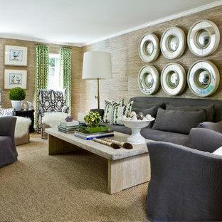 Exempel på ett stort modernt vardagsrum, med bruna väggar