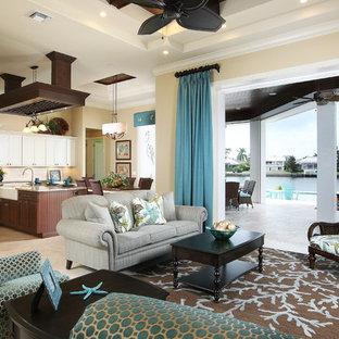 マイアミの中サイズのビーチスタイルのおしゃれなLDK (フォーマル、ベージュの壁、トラバーチンの床、暖炉なし) の写真