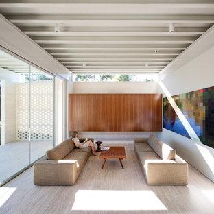 Ejemplo de salón abierto, minimalista, con paredes blancas