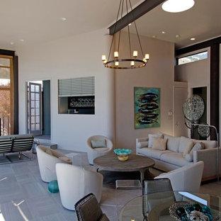 サンフランシスコの中サイズのビーチスタイルのおしゃれなLDK (白い壁、セラミックタイルの床、据え置き型テレビ) の写真