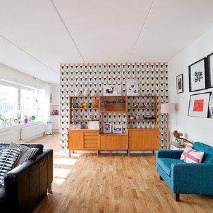 Bild på ett mellanstort retro allrum med öppen planlösning, med vita väggar och ljust trägolv
