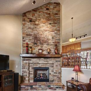 Repräsentatives Stilmix Wohnzimmer mit beiger Wandfarbe, Teppichboden, Kamin, Kaminsims aus Stein, freistehendem TV und beigem Boden in Kansas City